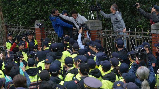 劳工团体采取激烈抗议方式指责政府偏向资方。