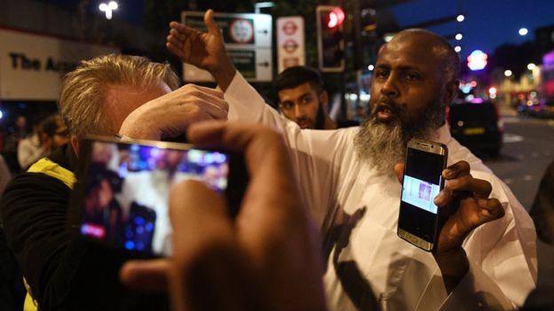 Un testigo cuenta lo sucedido mientras muestra imágenes que tomó con su celular.