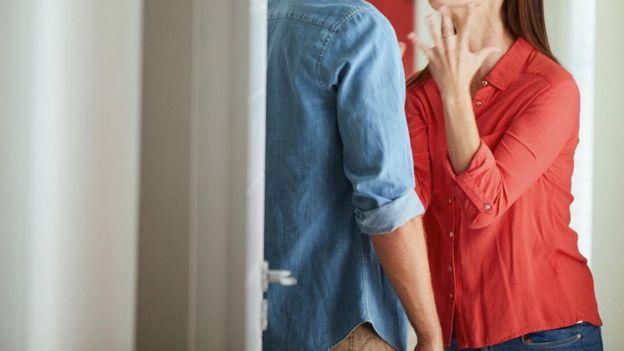 زوجة تتحدث بحدة إلى زوجها