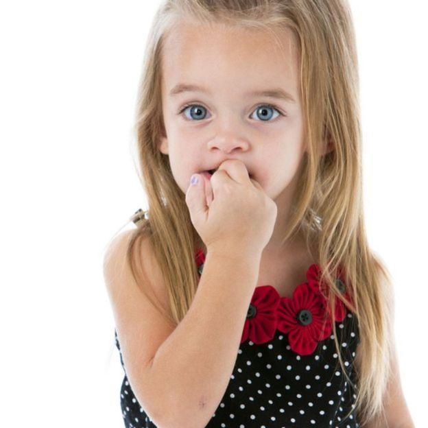 Criança roendo unhas