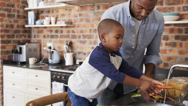 Ao ajudar na cozinha, a criança aprende instruções complexas, memória e foco