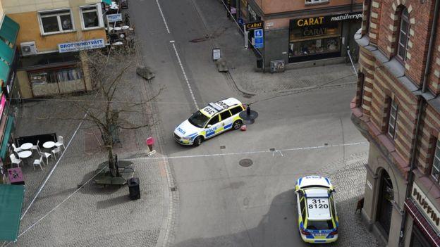 Autos de policía en el centro de Estocolmo que ha sido evacuado