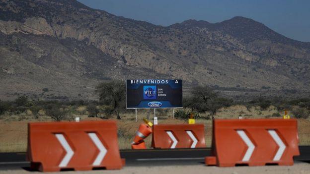 Cartel dándole la bienvenida a Ford a Villa de Reyes, en San Luis Potosí.