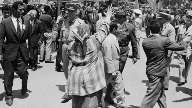 7 Haziran 1960'da Ankara sokakları. Bazı vatadanşlar yönetime el koyan subayları selamlıyor.