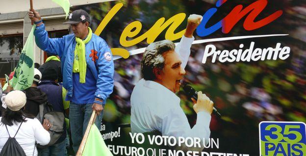 Un cartel con la foto de Lenín Moreno durante la campaña presidencial.