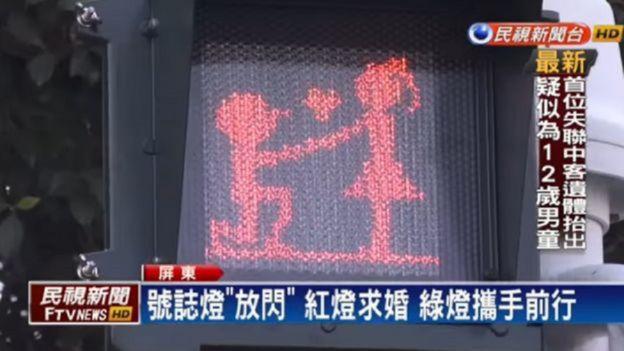 Saat lampu lalu lintas hijau, maka rambu yang terpampang adalah seorang pria sdang melamar perempuan