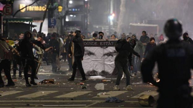 enfrentamientos entre la policía y los manifestantes.
