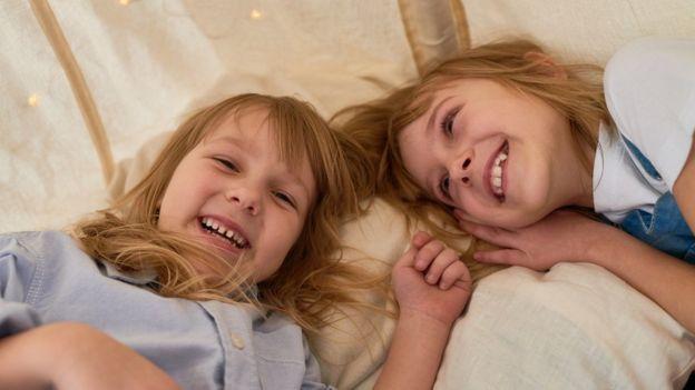 Dos hermanas tumbadas