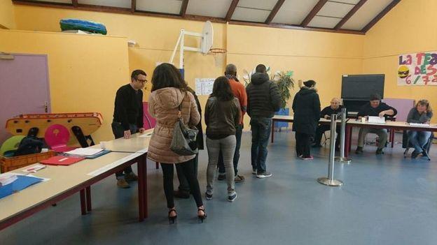 Cử tri Pháp đến phòng bầu cử ở Vaureal trong cuộc bỏ phiếu vòng 1 chọn tổng thống nước Cộng hoà Pháp