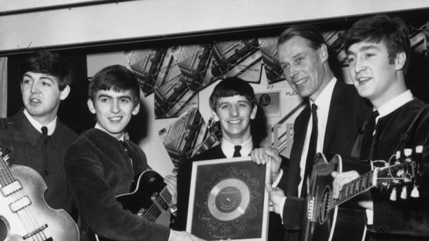De izquierda a derecha, Paul McCartney, George Harrison, Ringo Starr, George Martin y John Lennon.