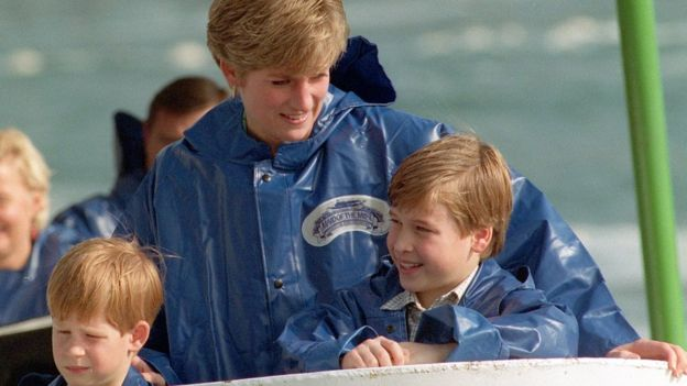 Harry y William con Diana