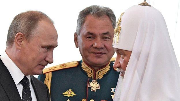 Putin junto al ministro de Defensa Sergei Shoigu y al patriarca Kirill, jefe de la Inglesia Ortodoxa Rusa.