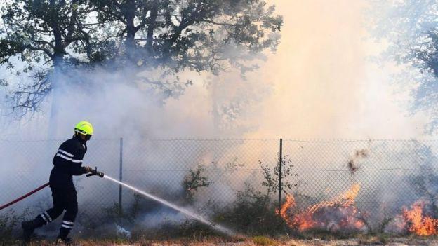 消防员在法国东南部的Artigues战火。 照片:2017年7月25日