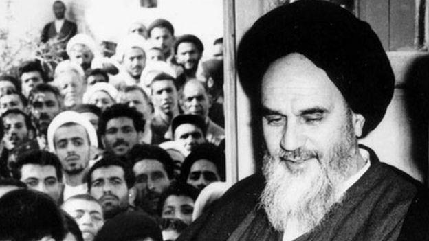 آیتالله خمینی پس از آزادی از حبس خانگی. سفارت آمریکا تحولات مرتبط با او از جمله سخنرانی هایش را دنبال میکرد