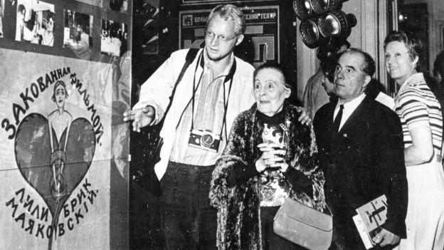 """Бенгт Янгфельдт и Лиля Брик на выставке """"20 лет работы"""" в Москве. Июль 1973 году"""
