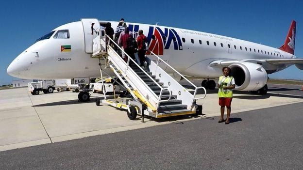 Passageiros embarcam em aeronave Embraer 190, operada pela LAM (Linhas Aéreas de Moçambique) no Aeroporto Internacional de Nacala
