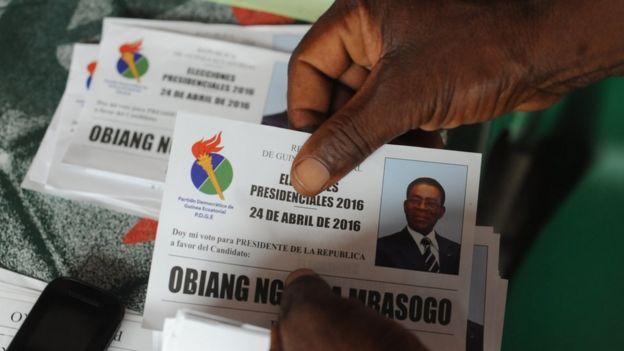 Una persona introduce su voto por el PDGE en las elecciones presidenciales de Guinea Ecuatorial en 2016