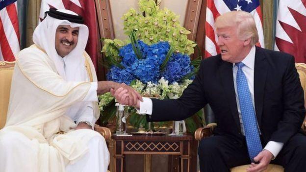 دونالد ترامپ (راست) از امیر قطر خواسته بود که به سیاست انزوای ایران کمک کند