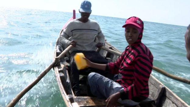 Très tôt chaque matin, Riyaan va pêcher parmi les hommes, un travail exclusivement réservé aux homme