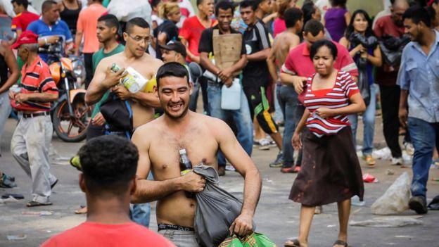 Una multitud saquea un supermercado en Ciudad Bolívar