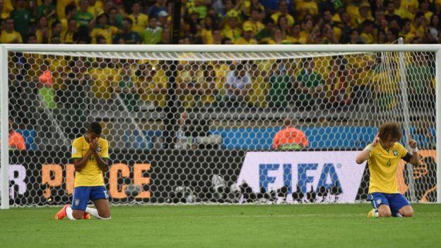 Luiz Gustavo y David Luiz rezan después de la derrota.