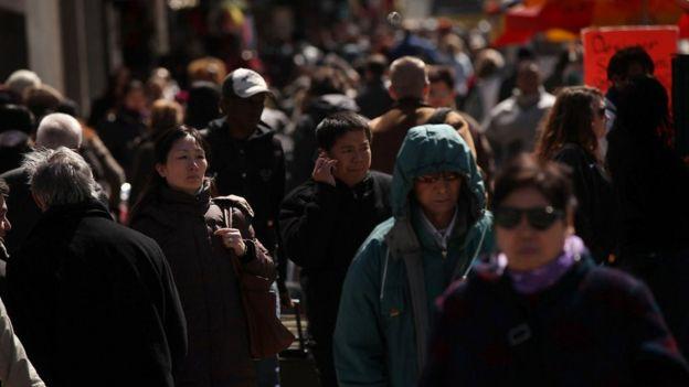 Peatones caminando en una calle de Nueva York en 2011.