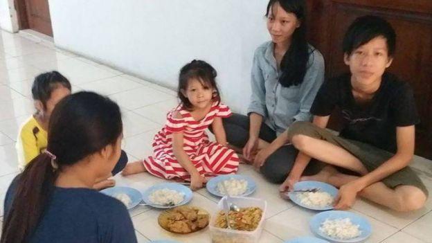 Đoàn người vượt biên gồm 18 người với 6 người lớn và 12 trẻ em hiện đang tạm trú tại một trung tâm tỵ nạn ở Indonesia