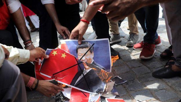 印度示威者焚烧中国国旗和领导人头像。
