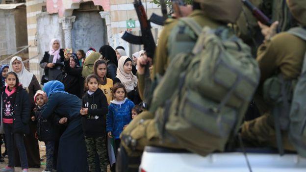 Quân Israel đối mặt với người dân Palestine ở Gaza