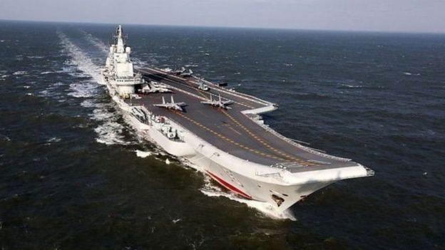 Hàng chục tàu chiến cùng một hàng không mẫu hạm Trung Quốc tập trận ở Biển Đông hôm 26/3.