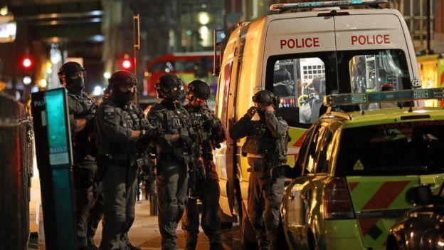 Para petugas spesialis senjata api dari satuan anti teror, dikerahkan di lokasi.