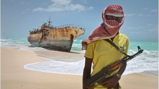 El enmascarado pirata somalí, Hassan, frente a un buque encallado en Hobyo, Somalia. 23 de septiembre, 2012.
