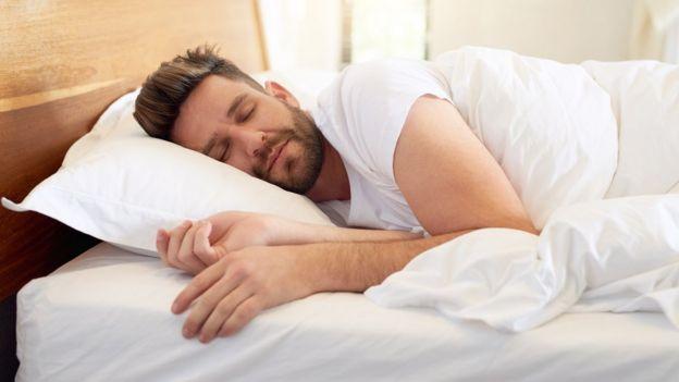 مردی در حال خواب
