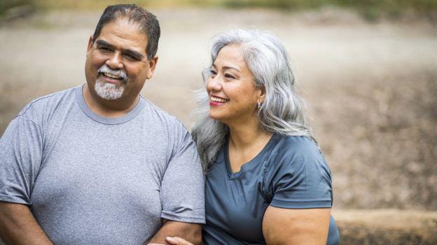 Casal acima do peso sorrindo