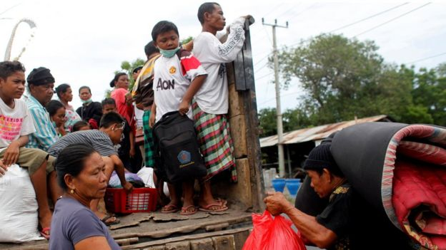 受影响范围内的民众撤离村庄。