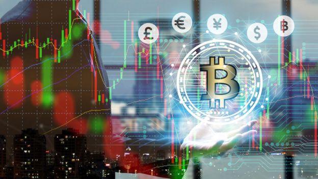 Imagen de moneda bitcoin en el mercado con un hombre en el reflejo