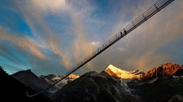 Daraja hilo lipo kati ya Zermatt na Grachen kusini mwa Switzerland.