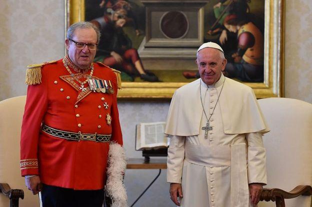 El gran maestre de la Orden de Malta, Matthew Fresting (izquierda) y el papa Francisco.