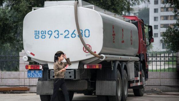 平壤某加油站內停放的油罐車(21/7/2017)
