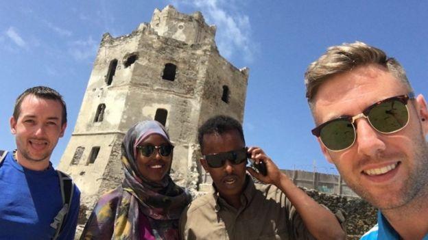 強尼‧沃德(圖右)在索馬里的旅遊照片。