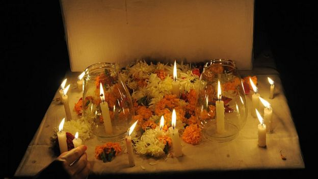 Flores a modo de protesta contra la violencia de género.