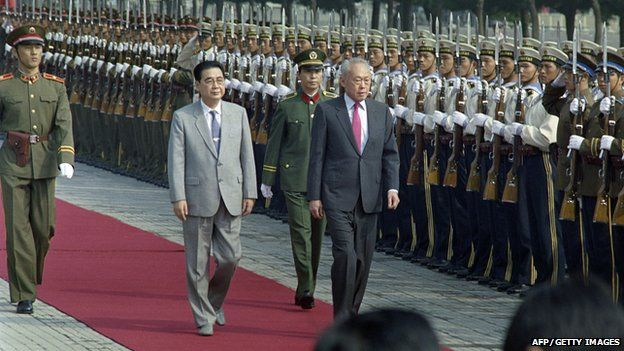 Singapore Prime Minister Lee Kuan Yew (C) and his Chinese counterpart Li Peng (L) at a welcoming ceremony for Lee's visit to China (15 Sept 1988) (CATHERINE HENRIETTE/AFP/Getty Images)
