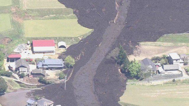 倒壊したパートや崩れ落ちた道路 空から撮影
