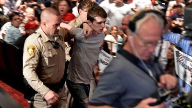 18日の支援者集会で連行される容疑者