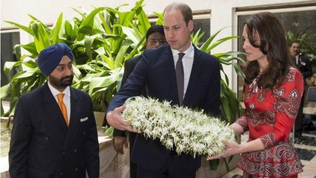 Duke and Duchess of Cambridge lay a wreath