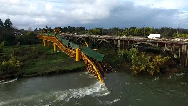 A railway bridge has collapsed into the Tolten River in southern Chile.