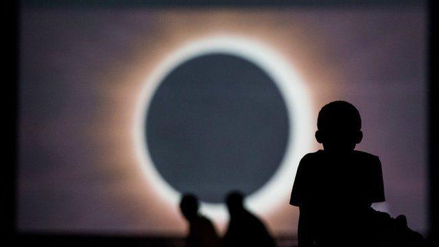 Algunas personas asisten a la eclipse total de sol