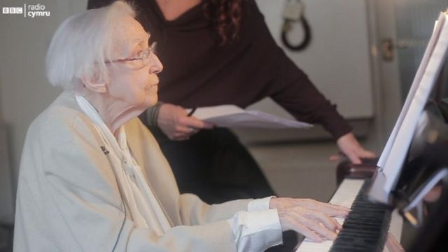 Hetty Bechler, 100 oed, yn cyfeilio i Shân Cothi