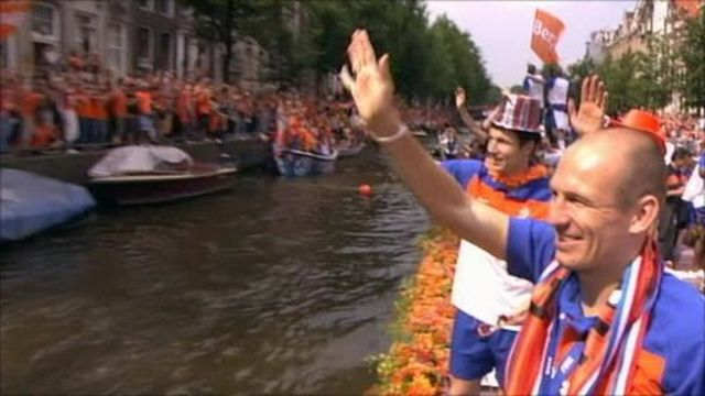 Dutch players welcomed back by fans along the canals