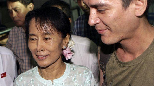 Aung San Suu Kyi greeting Kim Aris